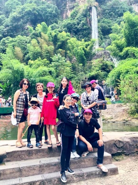 MC Quyền Linh giản dị cùng gia đình du lịch Phượng Hoàng Cổ Trấn-6