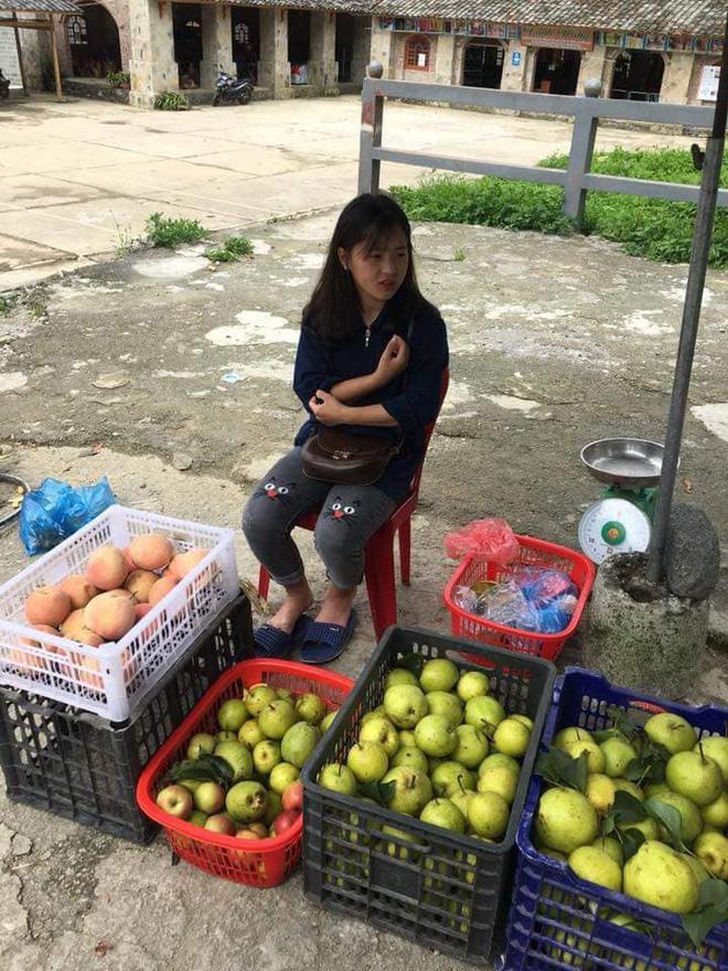 Ngồi bán lê ven đường, nữ sinh vùng cao khiến khách mua hàng trụy tim vì quá xinh đẹp-2