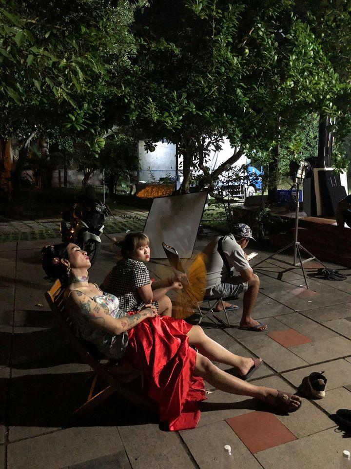 BB Trần mặc váy hai dây ngủ vạ vật ở hậu trường quay phim-1