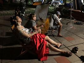 BB Trần mặc váy hai dây ngủ vạ vật ở hậu trường quay phim