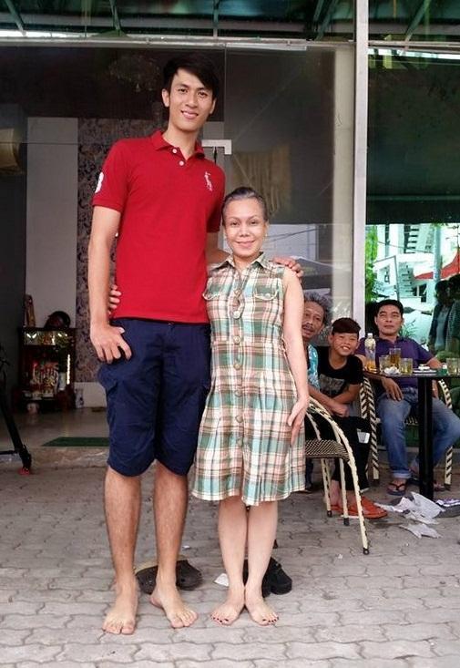 Có ai liều như Việt Hương và Hòa Minzy: Đã nấm lùn lại còn thích chụp hình cùng người khổng lồ-2