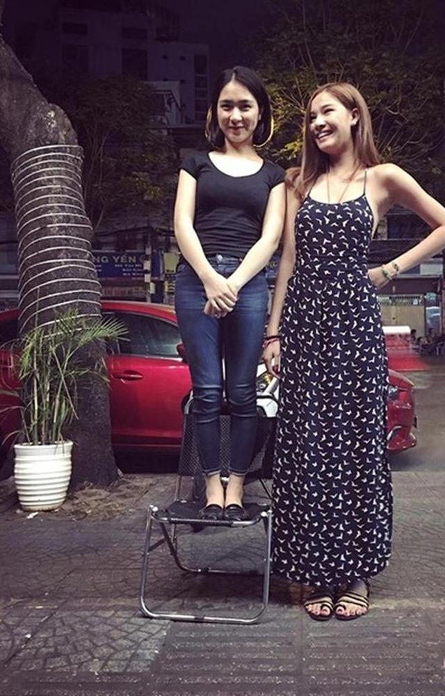Có ai liều như Việt Hương và Hòa Minzy: Đã nấm lùn lại còn thích chụp hình cùng người khổng lồ-14