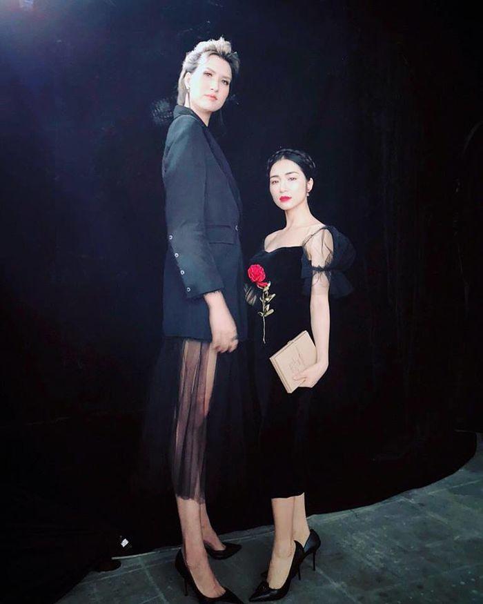 Có ai liều như Việt Hương và Hòa Minzy: Đã nấm lùn lại còn thích chụp hình cùng người khổng lồ-10