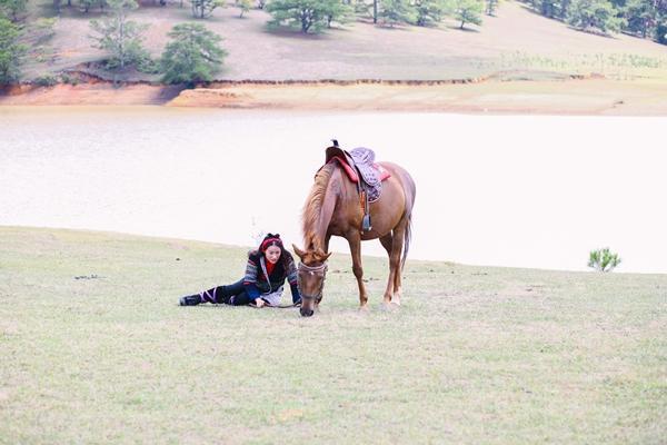 Mải mê quay phim, Yaya Trương Nhi bị ngựa quật ngã dẫn đến chấn thương-4