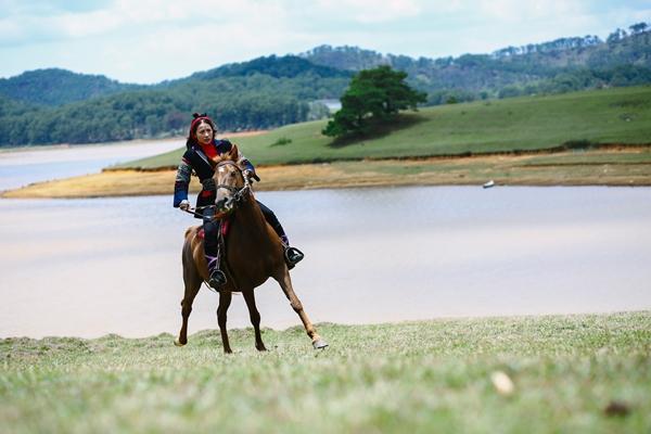 Mải mê quay phim, Yaya Trương Nhi bị ngựa quật ngã dẫn đến chấn thương-3
