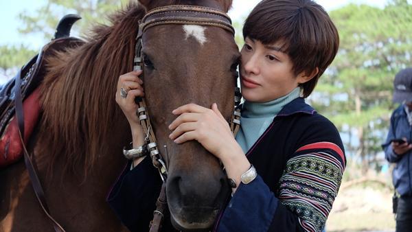 Mải mê quay phim, Yaya Trương Nhi bị ngựa quật ngã dẫn đến chấn thương-2