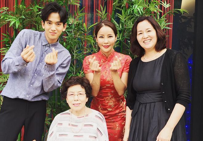 Ca sĩ U50 cưới chồng 29 tuổi: Gia đình chú rể gượng gạo gặp dâu mới-2