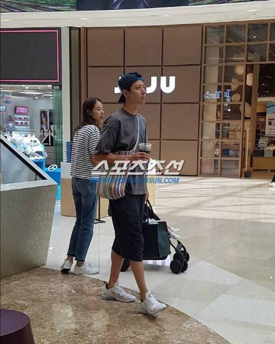 Lee Dong Gun và bà xã cùng đi mua sắm sau nhiều chỉ trích-1