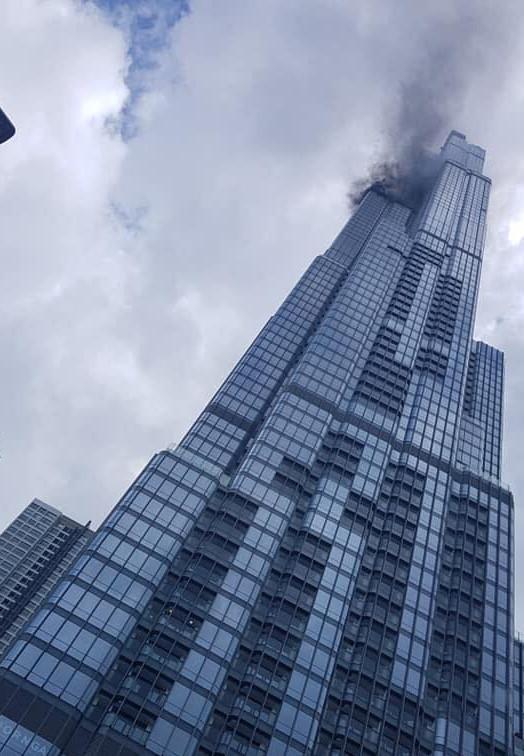 Khói đen bốc lên từ tòa nhà Landmark 81-2