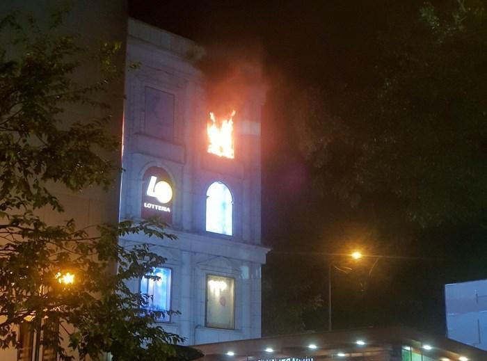 Cháy tại Diamond Plaza, nhiều người tháo chạy trong đêm-1