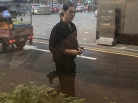 Kim Woo Bin gầy gò, tóc dài chấm vai khi xuất hiện cùng Lee Jong Suk