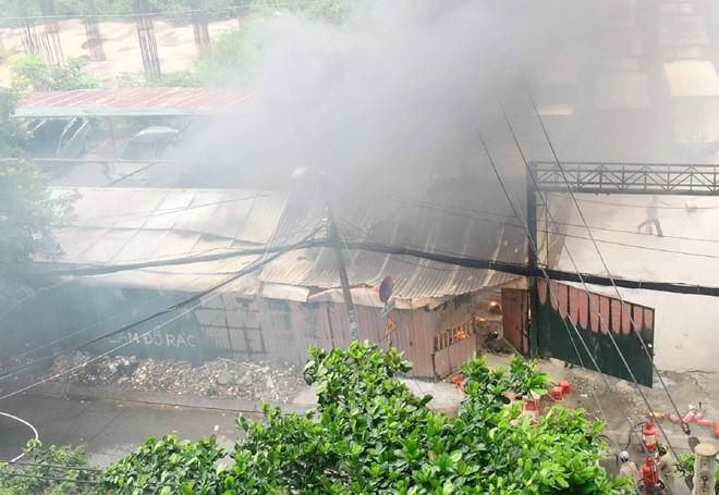 Cháy bãi xe gần sân bay Tân Sơn Nhất, nhiều ôtô bị thiêu rụi-1