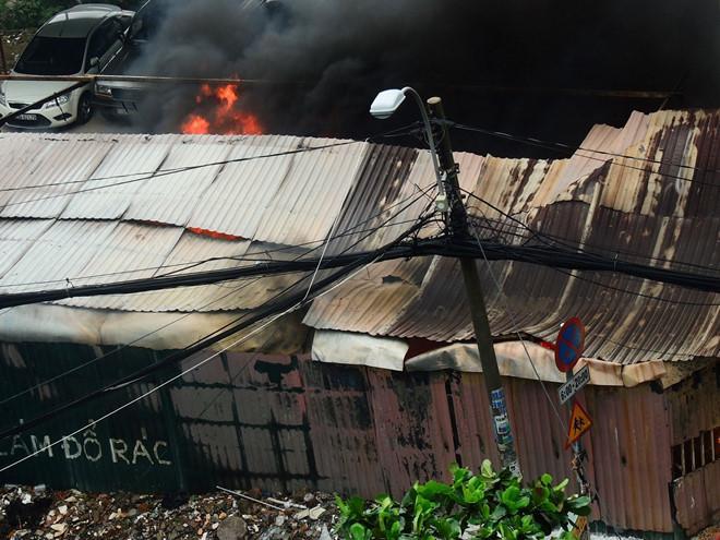 Cháy bãi xe gần sân bay Tân Sơn Nhất, nhiều ôtô bị thiêu rụi-2