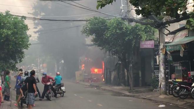 Cháy bãi xe gần sân bay Tân Sơn Nhất, nhiều ôtô bị thiêu rụi-3
