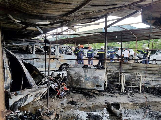 Cháy bãi xe gần sân bay Tân Sơn Nhất, nhiều ôtô bị thiêu rụi-4