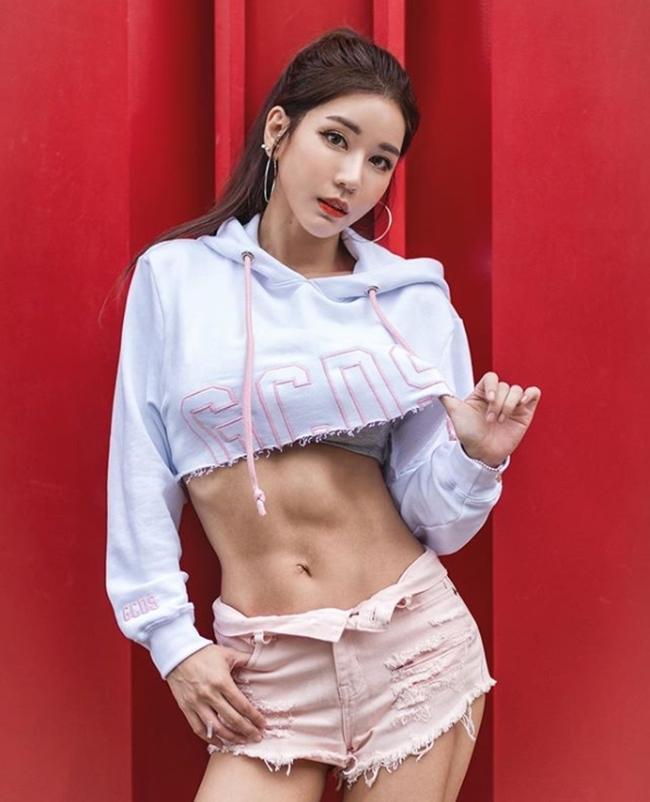 Phái đẹp châu Á bày cách mặc quần 5cm không phản cảm-7
