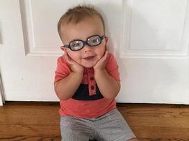 Bé trai 2 tuổi truyền cảm hứng cho hàng triệu người với clip tập đi