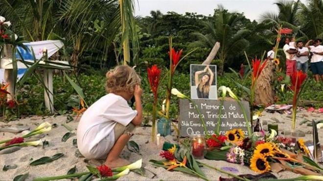 Nhiều người tưởng nhớ nữ ca sĩ bị cưỡng hiếp, chết lõa thể khi du lịch-1