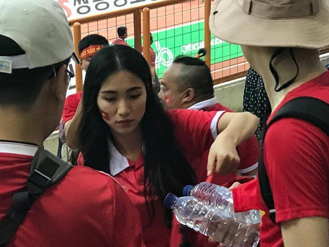 Hòa Minzy quẩy tưng bừng khi Công Phượng ghi bàn giúp U23 Việt Nam chiến thắng vẻ vang-9