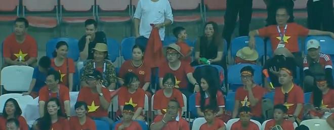 Hòa Minzy quẩy tưng bừng khi Công Phượng ghi bàn giúp U23 Việt Nam chiến thắng vẻ vang-7