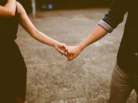 Yêu một người làm gì cũng luôn nắm tay bạn