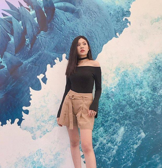 Street style sao Việt: Tâm Tít lăng-xê mốt quần jeans rách tả tơi - Angela Phương Trinh khoe da thịt sexy-3