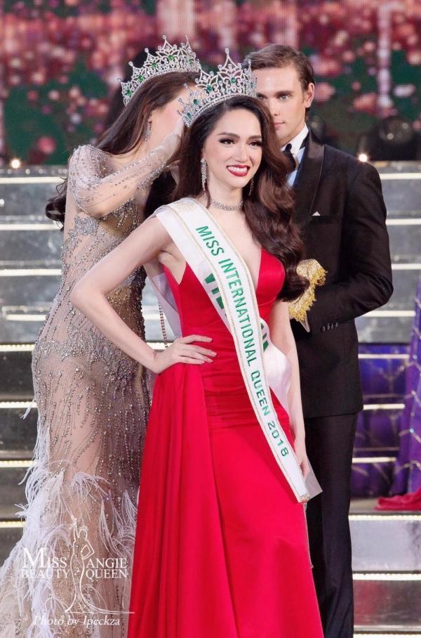 Từ ca sĩ đến danh xưng hoa hậu, Thùy Lâm và Hương Giang trở thành cặp mỹ nhân khác biệt nhất xưa nay-7