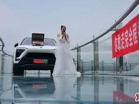 Cô gái mặc váy cưới, mang tiền và siêu xe lên cầu kính trên không để… thử thách người yêu mắc chứng sợ độ cao