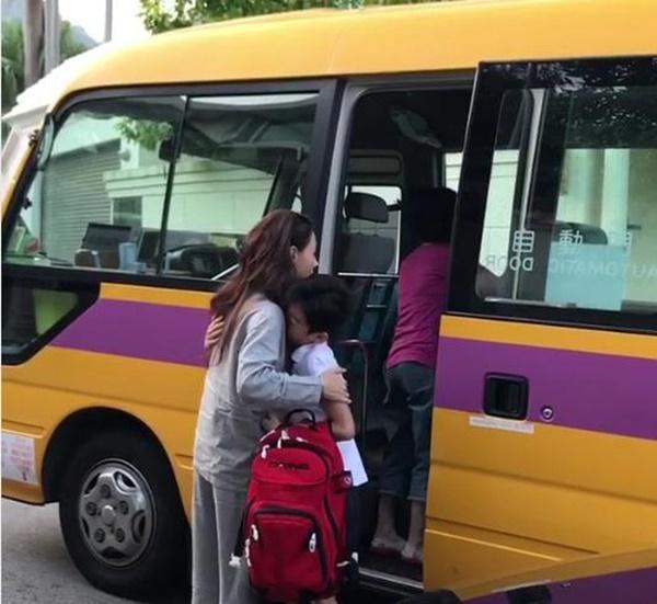 Trong khi Tạ Đình Phong - Vương Phi bên nhau ngày Thất Tịch, Trương Bá Chi tất bật đưa con đi học bằng quần áo ngủ-2