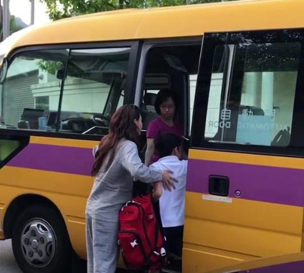 Trong khi Tạ Đình Phong - Vương Phi bên nhau ngày Thất Tịch, Trương Bá Chi tất bật đưa con đi học bằng quần áo ngủ-4