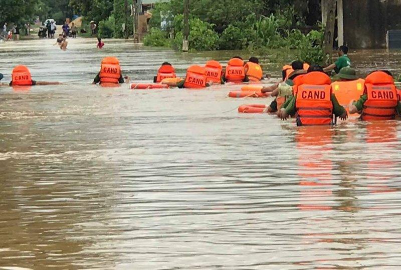 Mưa lũ hoành hành ở Nghệ An, 2 người chết-6