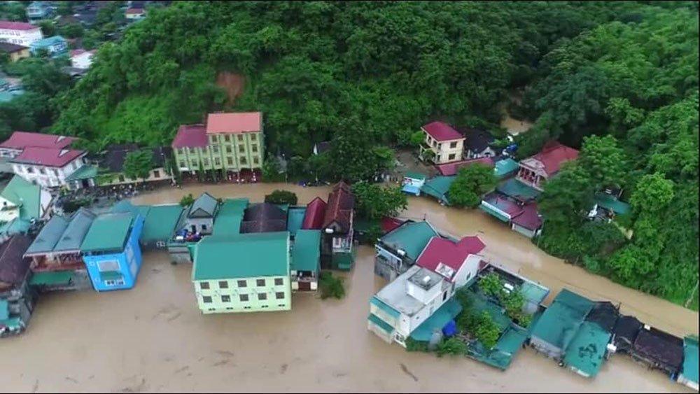 Nước lũ cuồn cuộn chờ nuốt nhà chênh vênh bên sông-1