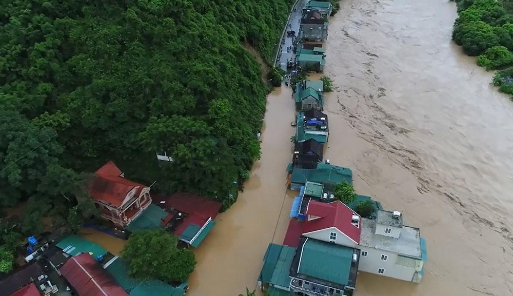 Nước lũ cuồn cuộn chờ nuốt nhà chênh vênh bên sông-3