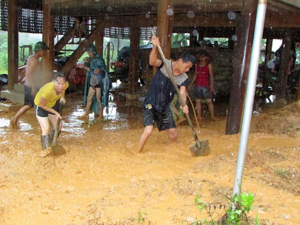 Nước lũ cuồn cuộn chờ nuốt nhà chênh vênh bên sông-6