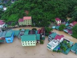 Nước lũ cuồn cuộn 'chờ nuốt' nhà chênh vênh bên sông