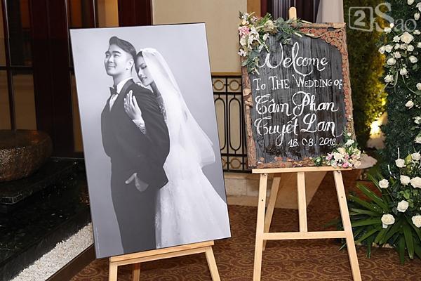 Khung cảnh ngập tràn hoa trong đám cưới của Tuyết Lan-1
