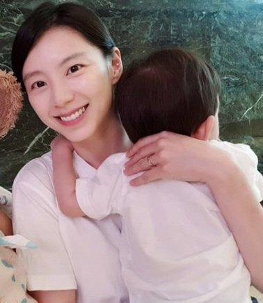 Bà xã Bae Yong Joon bị chỉ trích khi đăng ảnh cùng con trai-1