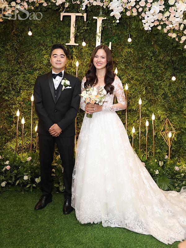 Cô dâu Tuyết Lan xuất hiện lộng lẫy cùng chồng-2