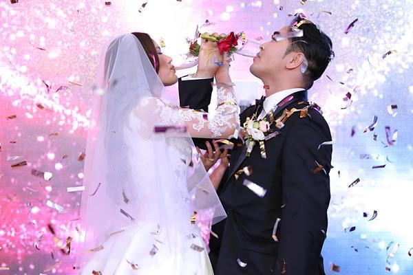 Tuyết Lan hôn chồng đắm đuối và hạnh phúc-4