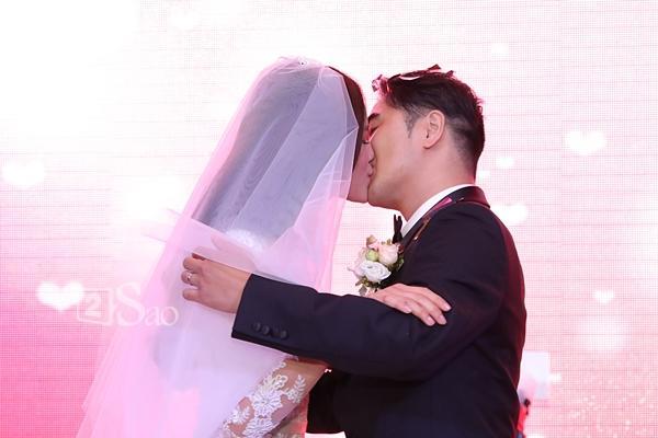 Tuyết Lan hôn chồng đắm đuối và hạnh phúc-7