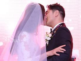 Cô dâu Tuyết Lan trao nụ hôn ngọt ngào thay ngàn lời yêu thương dành cho người đàn ông của đời mình