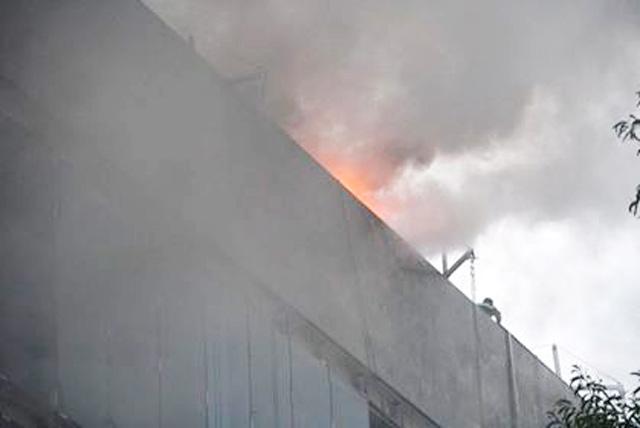 Hà Nội: Cháy công trình trên đường Cầu Giấy, khói bốc cao chục mét-2