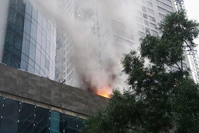 Hà Nội: Cháy công trình trên đường Cầu Giấy, khói bốc cao chục mét-3