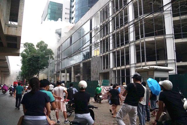 Hà Nội: Cháy công trình trên đường Cầu Giấy, khói bốc cao chục mét-8