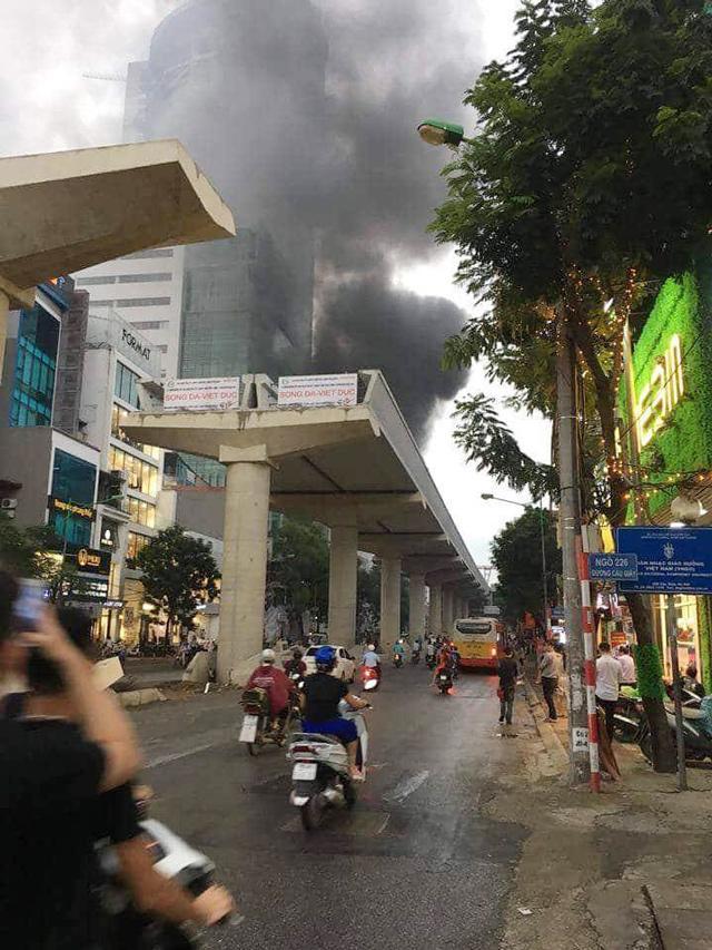 Hà Nội: Cháy công trình trên đường Cầu Giấy, khói bốc cao chục mét-9
