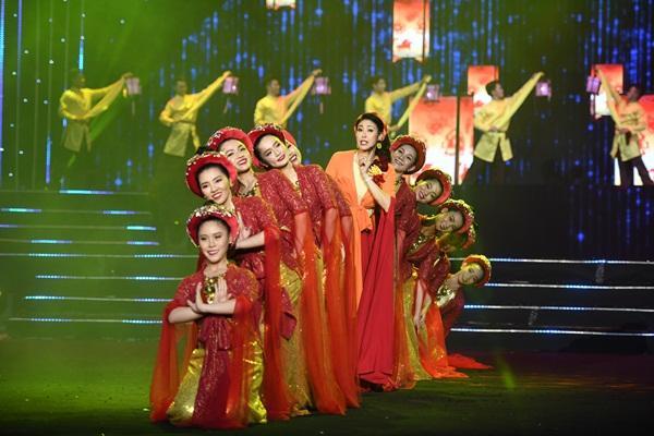 Cất giọng oanh vàng dày như một tảng băng, hoa hậu Nguyễn Thị Huyền gây sửng sốt vì hát quá hay-7