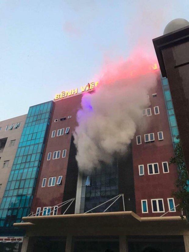 Biển quảng cáo bệnh viện bùng cháy dữ dội, nhiều người nhà bệnh nhân hốt hoảng-1