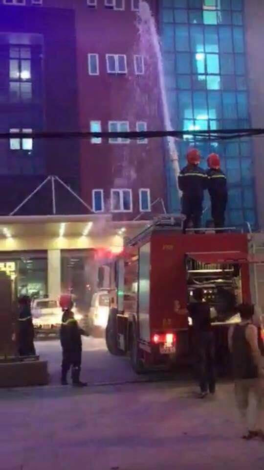 Biển quảng cáo bệnh viện bùng cháy dữ dội, nhiều người nhà bệnh nhân hốt hoảng-2