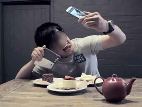 Sự khác biệt trong cách pose ảnh sống ảo của các thế hệ