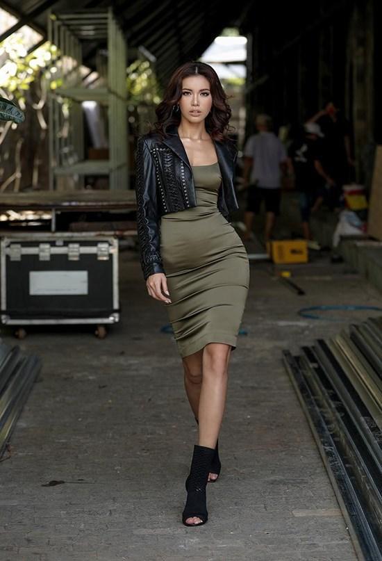Sở hữu thân hình vệ nữ nhưng Hà Hồ, Ngọc Trinh lại thường xuyên bị váy áo tố giác vòng 2 như mang bầu-10